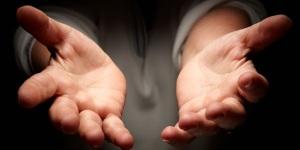manos-tendidas-manos-abiertas-compasion